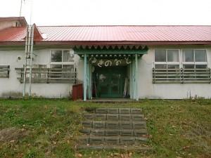 移住者-和田さん-宿の玄関